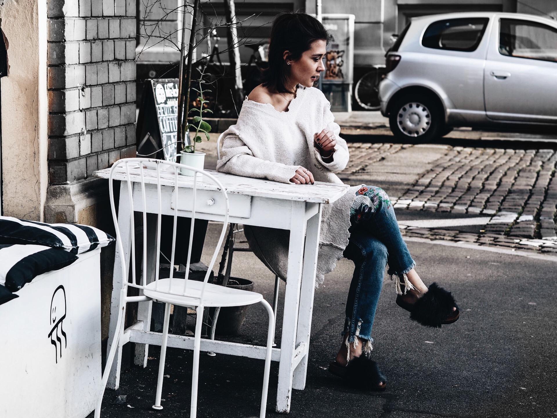 allthatchoices by laura fashionblog mainz oversize destroyed pullover jumper pulli jeans embroidered stickerei zara fellschlappen fake fur slippers
